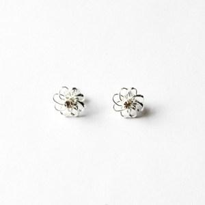 Kukkakorvakorut-naiselle-netistä