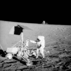 Astronauti Apolla 12 zkoumali přistávací modul Surveyor 3 (zdroj NASA)