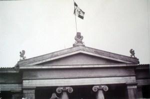 """Η ελληνική σημαία, παραλλαγμένη με το """"114"""", κυματίζει στα προπύλαια του Εθνικού και Καποδιστριακού Πανεπιστημίου"""
