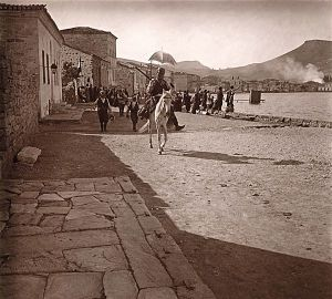 """Το λιμάνι της Φώκαιας. Φωτογραφία του Φελίξ Σαρτιώ, από την έκδοση του Ριζαρείου Ιδρύματος """"Φώκαια 1913-1920""""."""