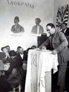 Ο Γιώργης Σιάντος στο βήμα του Εθνικού Συμβουλίου των Κορυσχάδων. Φωτογραφία του Σπύρου Μελετζή