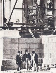 """Η Ακαδημία Αθηνών στη διάρκεια της ανέγερσής της (1859-1887). Στη φωτογραφία διακρίνονται δεξιά ο Θεόφιλος Χάνσεν και αριστερά ο Ερνέστος Τσίλερ. Πηγή: """"Επτά Ημέρες"""""""