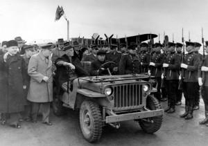 3 Φεβρουαρίου 1945: Οι Ρούζβελτ, Τσόρτσιλ και Μολότοφ επιθεωρούν σοβιετικό άγημα στην Γιάλτα της Ουκρανίας.