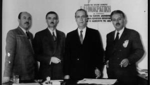 Μετά τις εκλογές του 1951 ο Μιχάλης Βουρνάς, ο Κωνσταντίνος Μπασιάκος και ο Δημήτρης Μαριόλης υποδέχονται στα γραφεία του κόμματος τον καθηγητή της Φιλοσοφίας στο Αριστοτέλειο Πανεπιστήμιο Ιωάννη Ιμβριώτη (δεύτερος από δεξιά), αμέσως μετά την άρση της εκτόπισής του στον Αϊ-Στράτη, καθώς είχε εκλεγεί βουλευτής της ΕΔΑ.