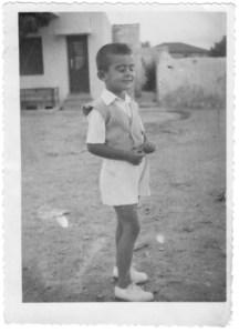 Ο μικρότερος αδελφός μου Θανάσης Παντελόγλου στην οδό Άλφα. Πίσω του διακρίνεται η πόρτα της αυλής του Χαράλαμπου Μπουζινέκη