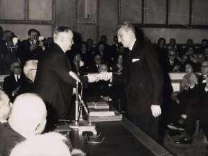 Ο Ντίνος Κονόμος παραλαμβάνει βραβείο της Ακαδημίας Αθηνών στις 24/3/1965. Πηγή φωτογραφίας: katalogia.me
