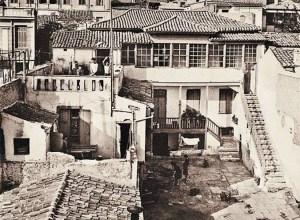 """Η αθηναϊκή αυλή της ταινίας του Γιώργου Τζαβέλα """"Η δε γυνή να φοβήται τον άνδρα"""" στην οδό Τριπόδων 32, ένα από τα κτίσματα που πωλούνται σήμερα από το ΤΑΙΠΕΔ"""