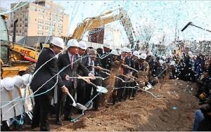 Στιγμιότυπο της επίσημης θεμελίωσης του γηπέδου μπάσκετ των Nets, με πρωταγωνιστές το δήμαρχο Νέας Υόρκης, τον κυβερνήτη της πολιτείας κλπ.