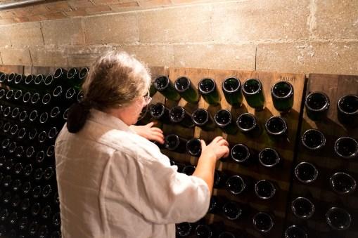 Madame in Action - in wenigen Sekunden sind die 60 Flaschen um einige Grad weiter gedreht