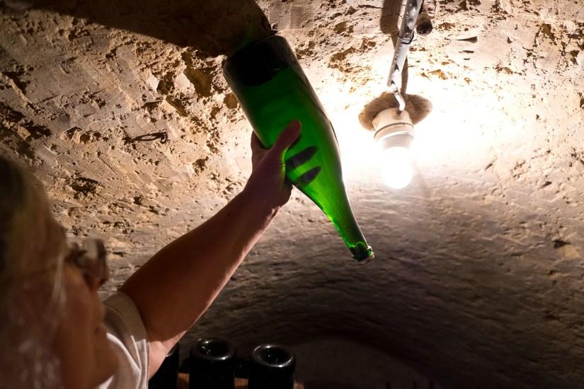 Deutlich zu sehen: Der Hefepfropfen, der sich durch das Rütteln im Flaschenhals absetzt