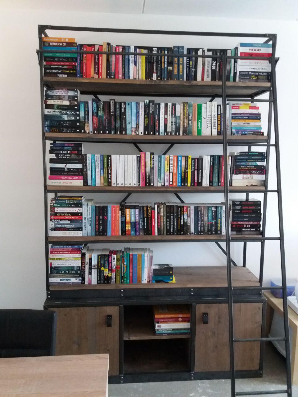 Industriële boekenkast van De Kistenkoning - Koukleum