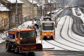 Budapest, 2017. január 12. Síkosságmentesítõ munkagép halad a havazás után Rákospalotán 2017. január 12-én. MTI Fotó: Máthé Zoltán