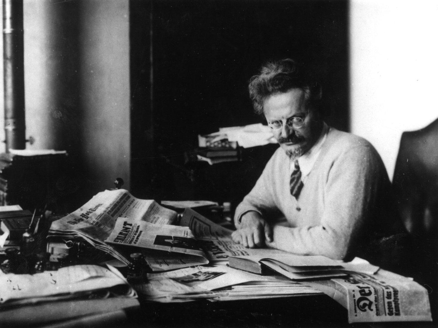Trotsky In Study - KöZ Arşiv