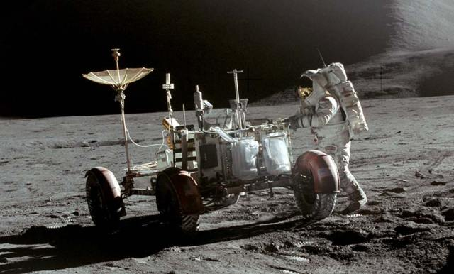 Apollo_15_Lunar_Rover_and_Irwin