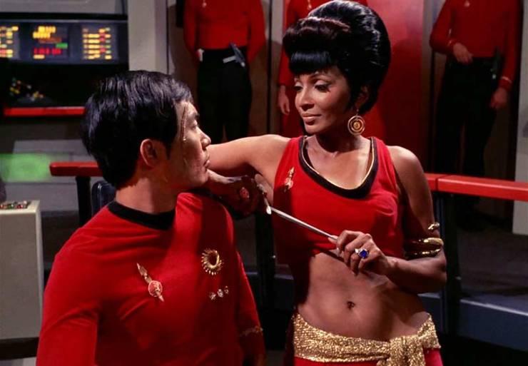 Eğer yıldızlararası yolculuklarını ışık hızına yakın hızlarda yapıyor olsalardı, Star Trek tayfaları Uhura ve Sulu'nun Dünya'da bırakmış oldukları yakınları çoktan ölmüş olacaktı.