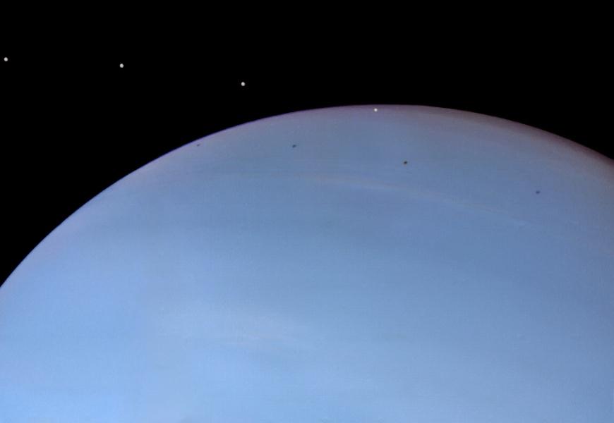 Neptün'ün küçük bir uydusu olan Despina'nın yörüngesinde yol alırken çekilen zaman aralıklı bir görüntüsü
