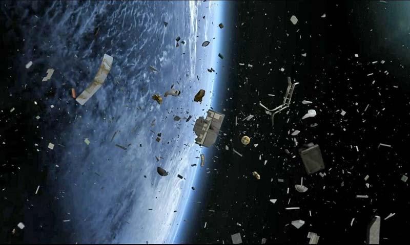 Dünya yörüngesi, parçalanmış uydulardan ve uzay araçlarından meydana gelmiş yüzbinlerce uzay çöpü ile dolu. Tabi, bu fotoğrafta gördüğünüz gibi yoğun bir çöp oluşumu yok. Her parçanın birbirine uzaklığı yüzlerce, binlerce kilometredir.