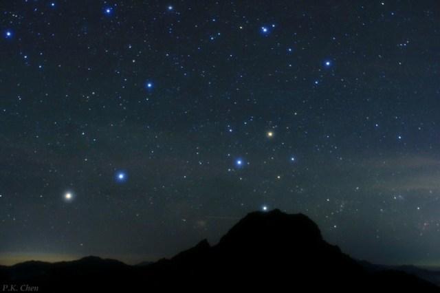 Güneyhaçı takımyıldızı küçük tepeciğin hemen üzerinden yükseliyor...