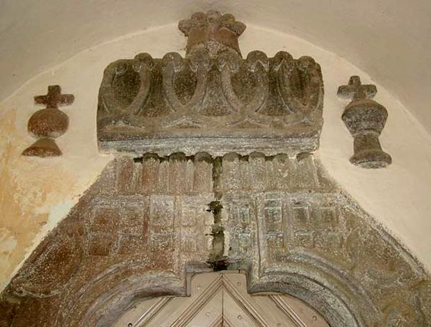 A lengyel kapcsolat utal a falu romai katolikus templomanak kofaragasos ajtokeretere is, mely hasonlo diszitessel keszult, mint a krakkoi Wavel termeinek faragott koajto kerete.