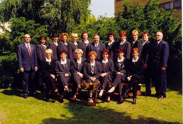 Az 1999-es Bajnokok Ligáját nyert Dunaferr, felső  sorban jobbrol az ötödik Mátéfi Eszter