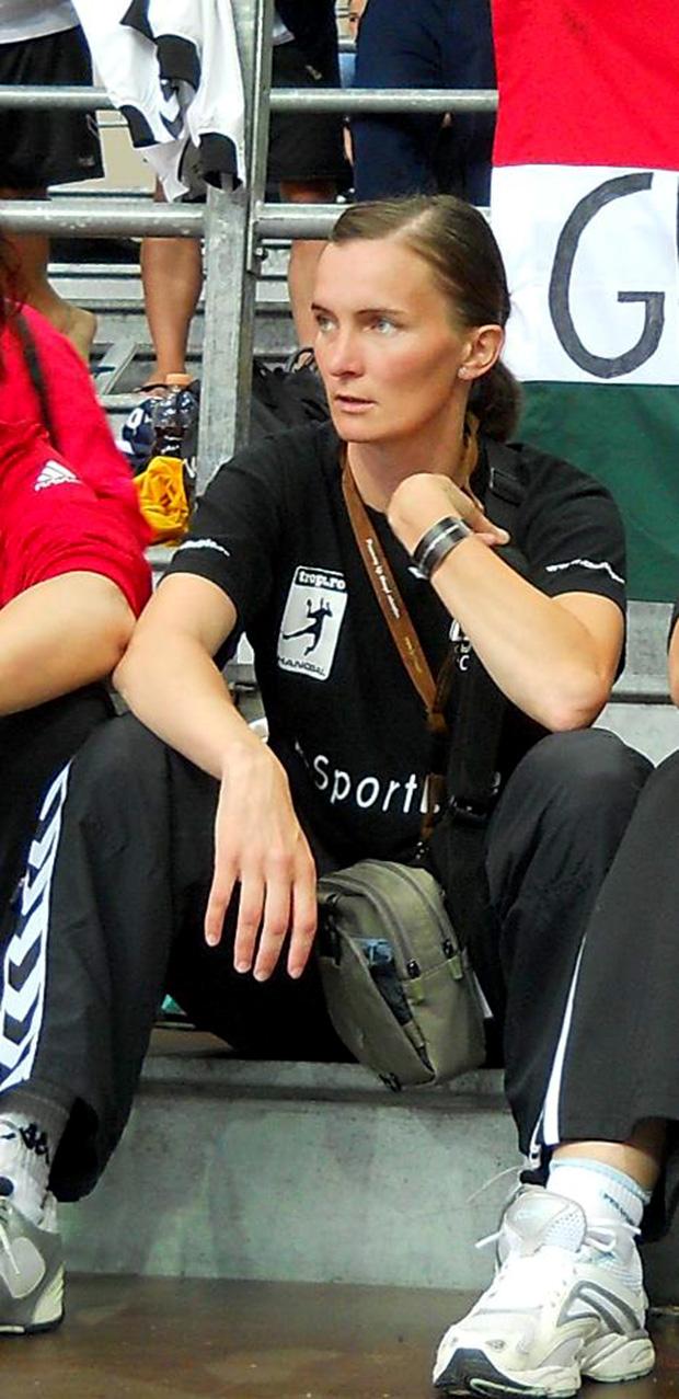 Bálint Julianna meccs közben figyeli együttese játékát