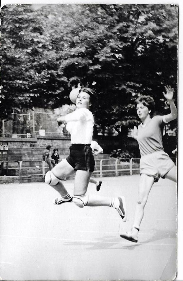 Biró (Peres) Zita az 1989-es nagyváradi Pionírok  Kupáján a góllövés pillatatában-1