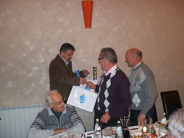 Claudiu Maior Sólyomnak és Sikónak adja át az  ajándékot