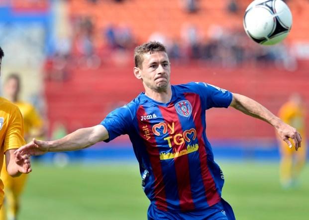 Laszlo Sepsi, de la ASA Targu Mures, preia un balon in meciul cu CSU Craiova, din etapa a treia din play-off-ul seriei a doua din liga secunda, sambata, 3 mai 2014. LAURENTIU MICH / MEDIAFAX FOTO