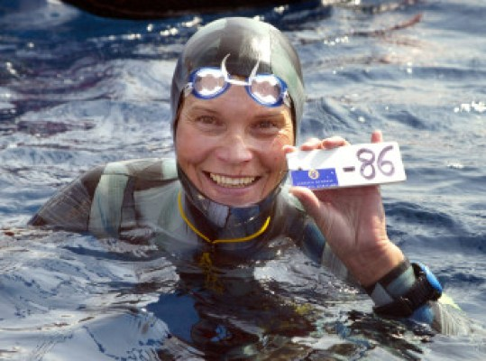 Russian Natalia Molchanova shows the minus 86 metres tag that gives her a win in the first women's free-diving world championship 03 September 2005 in Villefranche-sur-Mer. Molchanova retained her world champion status.  AFP PHOTO JACQUES MUNCH
