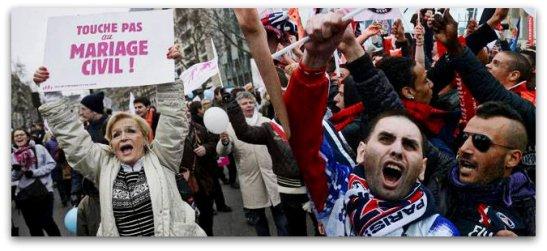 Manifestants contre le mariage gay (à gauche) et lors des cérémonies au Trocadéro lundi (à droite). © Montage Le Point.fr