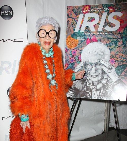 iris-apfel-HOLDING