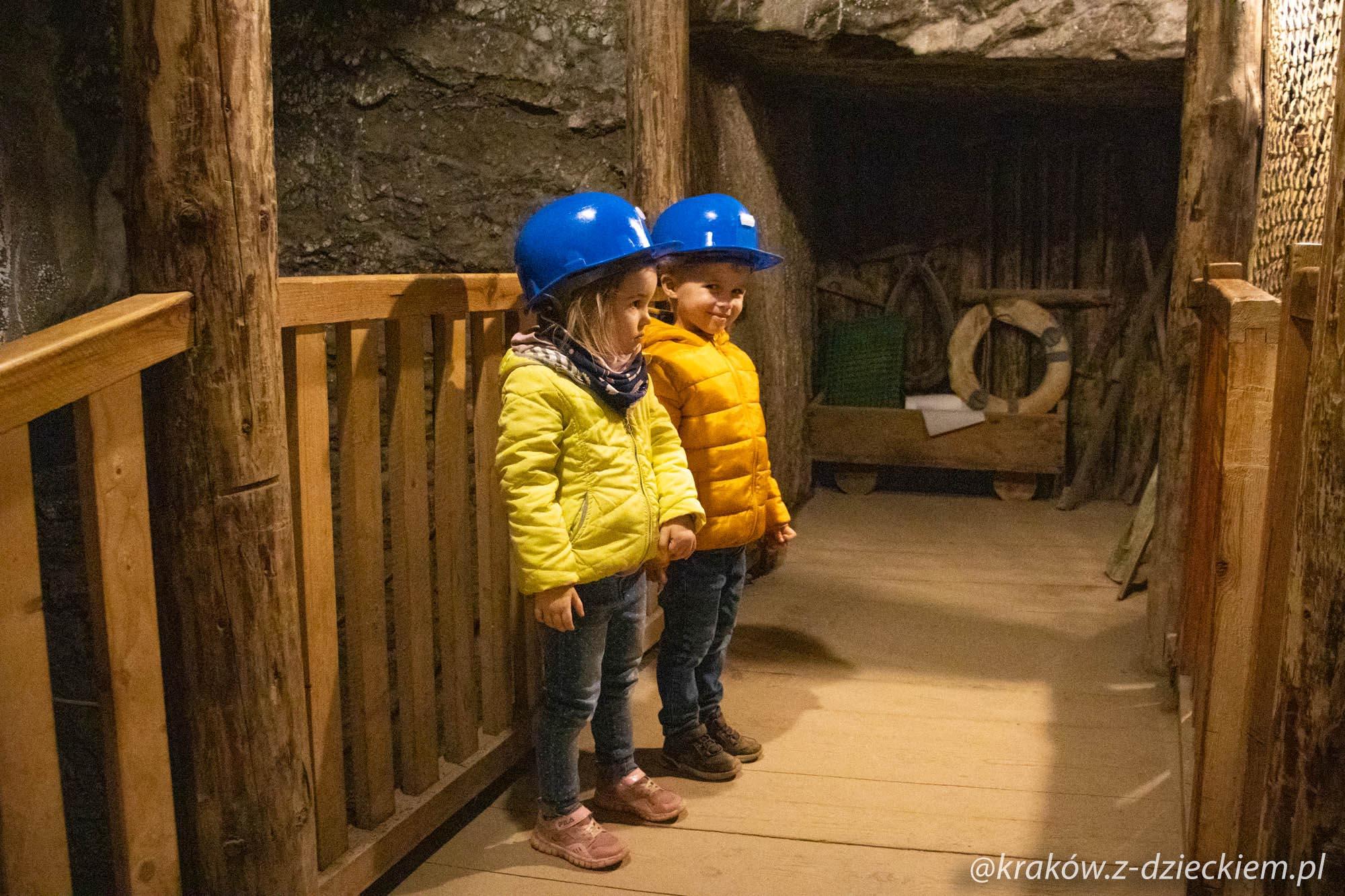 dzieci zwiedzają kopalnię