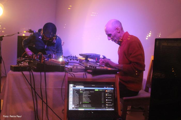 kraks feat. Frantschesko Slowman live @ Der Rote Ballon - Grätzlgalerie - Vienna