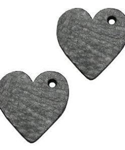 De leer hangers zijn 25mm groot en kunnen nu ook perfect aan een mooie armband of fijnere ketting gedragen worden.