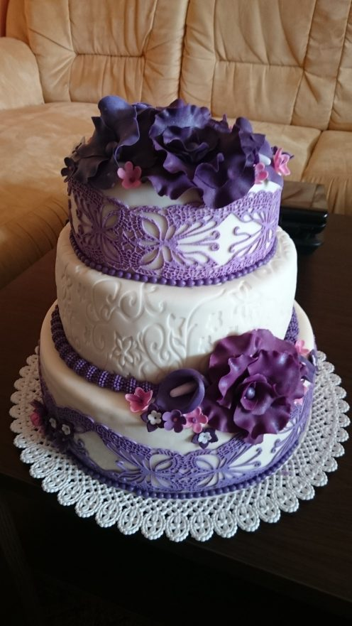 Svatební s cukrovými květy a krajkou
