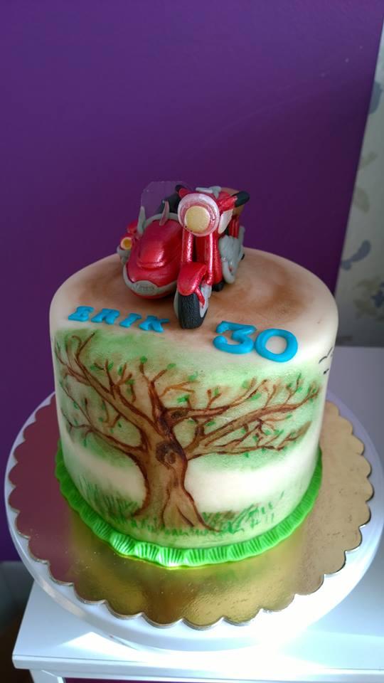 Malovaný dort s motorkou