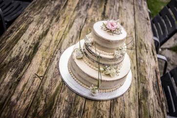 Nahý dort s živými květy