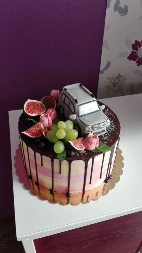 Stékaný dort s ovocem a autem
