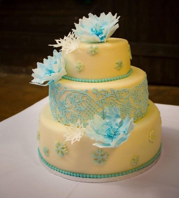 Třípatrový svatební dort s jemnými květinkami