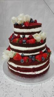 Svatební red velvet naked cake s ovocem a marcipánovými tulipány