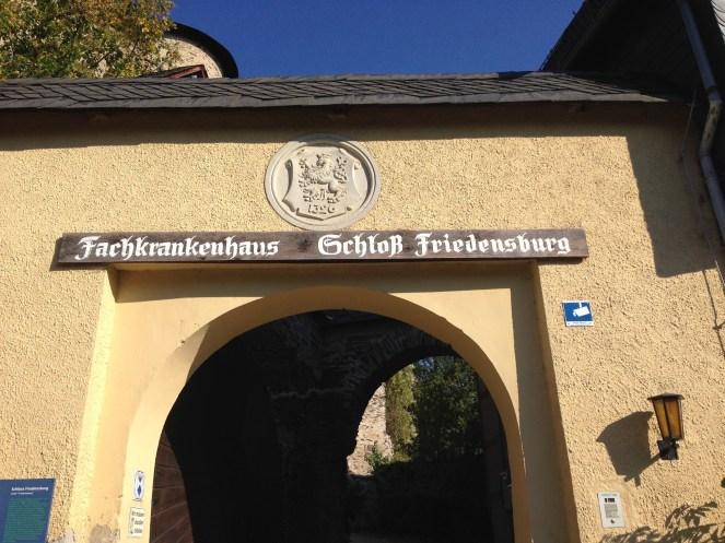 Eingangsportal der Hautklinik Schloss Friedensburg, Fachkrankenhaus für Dermatologie in Thüringen