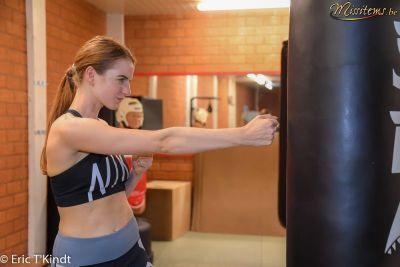 krav maga bruxelles cours pour les candidates miss belgique frappes au sac de boxe cours auto défense femme