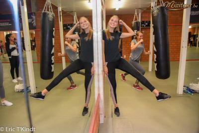 krav maga bruxelles cours pour les candidates miss belgique rigolage avec le mirroir cours auto défense femme