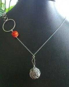 Collier métal et orange