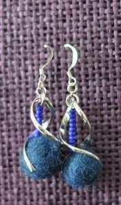 Boucles d'oreilles à torsade, perles de rocaille bleu, et laine bleu feutrée