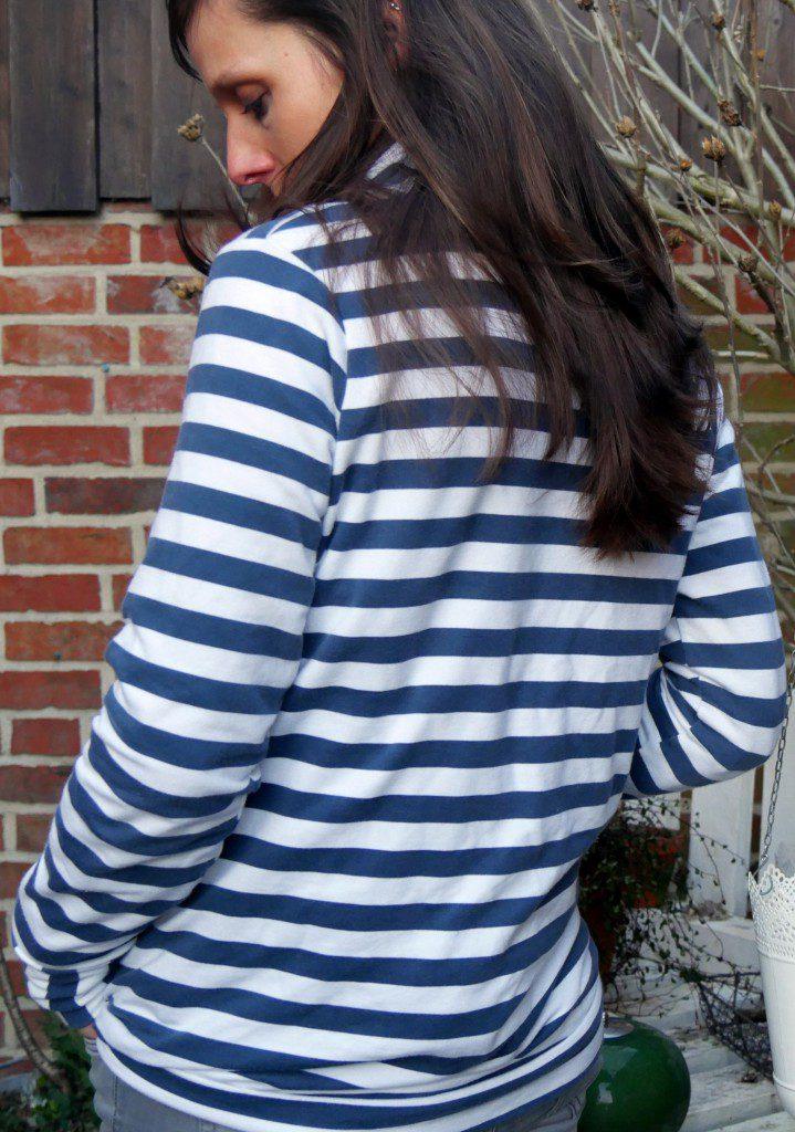Lady Pull*ee aus gestreiftem Sommersweatshirtstoff mit Stehkragen