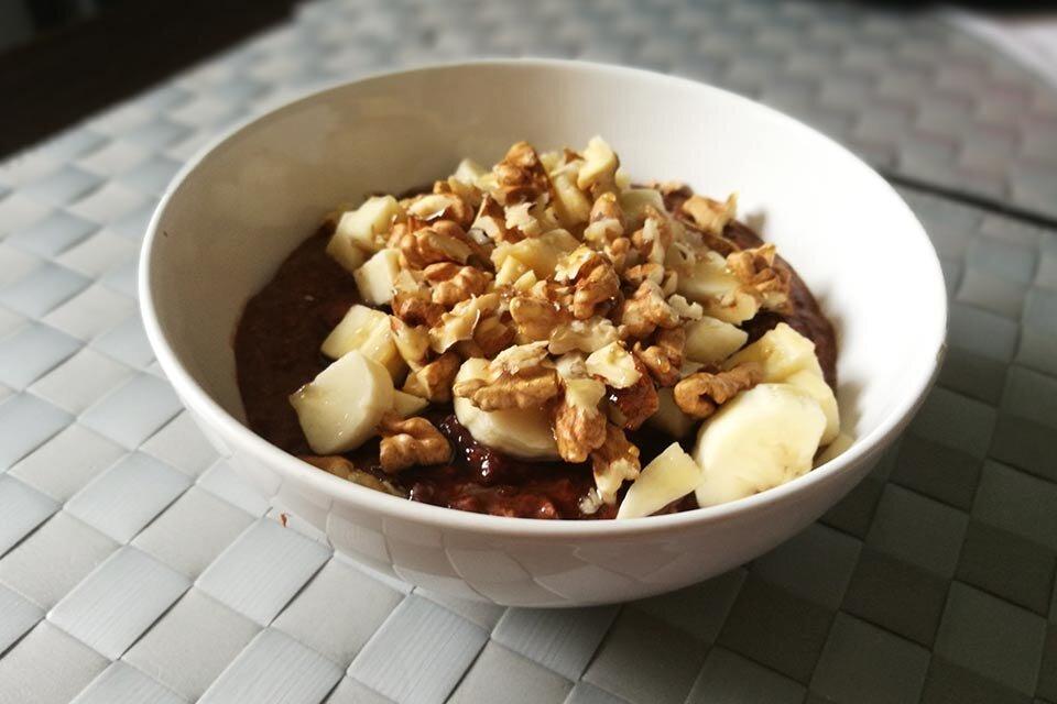 Przepis na płatki owsiane z bananami i orzechami na śniadanie