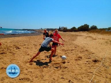 Strandspelen tijdens de vakantie op Kreta