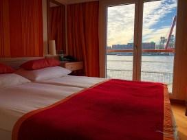 Doppelbett mit Ausblick - Kabine 235 an Bord von Arosa Brava.