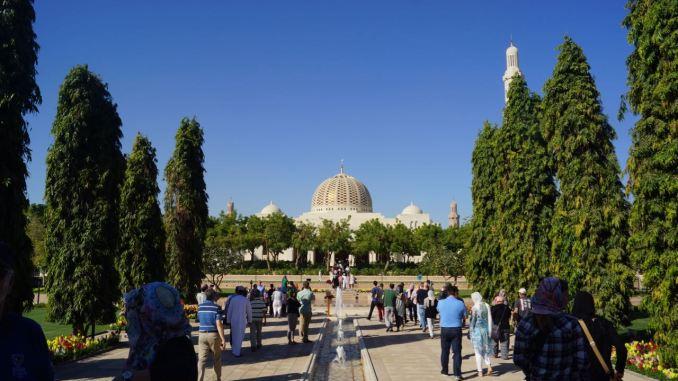 Die Sultan-Qaboos-Moschee im Sonnenschein